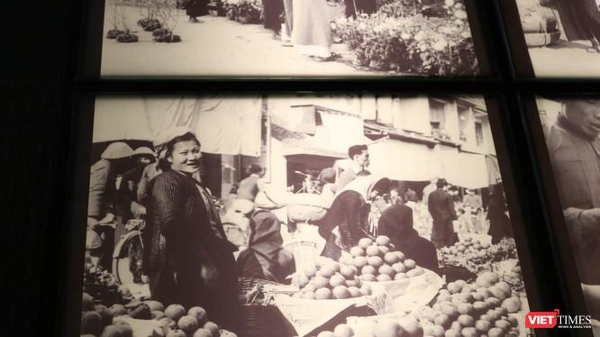 """Một bức ảnh được trung bày tại triển lãm""""Gánh hàng rong và những tiếng rao trên đường phố Hà Nội"""". Ảnh: Minh Thúy"""