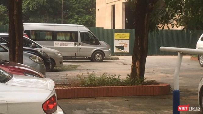 Xe chở học sinh tại bãi đỗ xe của ký túc xá Học viện Báo chí và Tuyên truyền. Ảnh: Minh Thúy