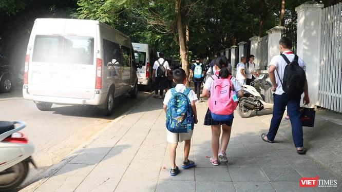 Học sinh chuẩn bị lên xe ô tô đưa đón. Ảnh: Minh Thúy