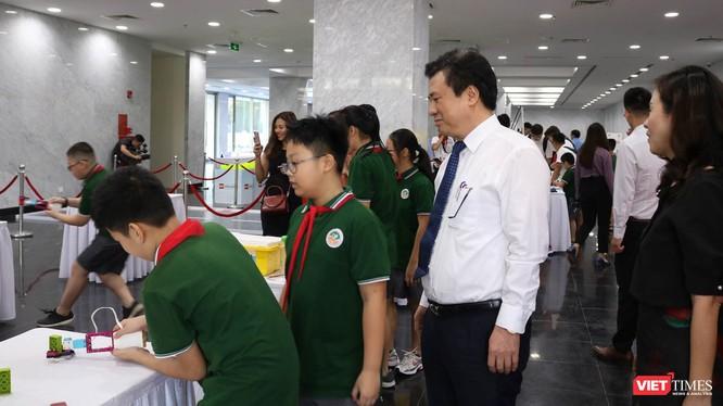 Thứ trưởng Nguyễn Hữu Độ tham quan khu trưng bày cùng các học sinh. Ảnh: Minh Thúy