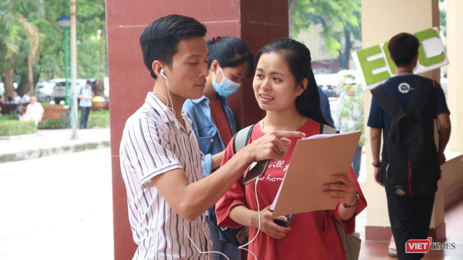 Sinh viên trao đổi thông tin. Ảnh: Minh Thúy