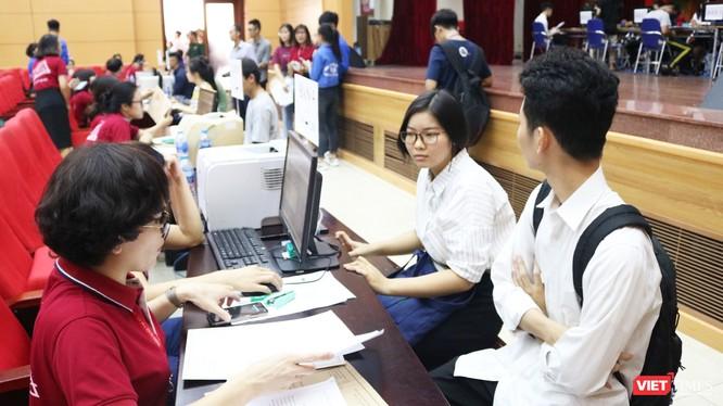 Sinh viên làm thủ tục nhập học tại Trường Đại học Y Hà Nội