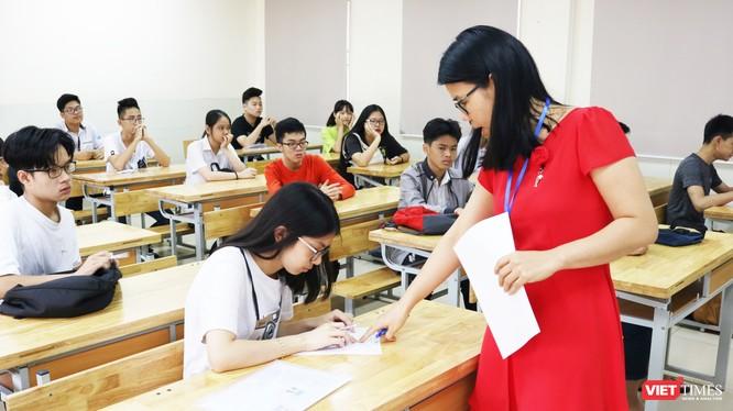Giáo viên hướng dẫn học sinh làm thủ tục dự thi