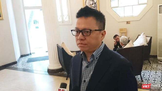 Ông Lê Quốc Minh – Phó Tổng Giám đốc Thông tấn Xã Việt Nam trao đổi với VietTimes (Ảnh: Minh Thúy)
