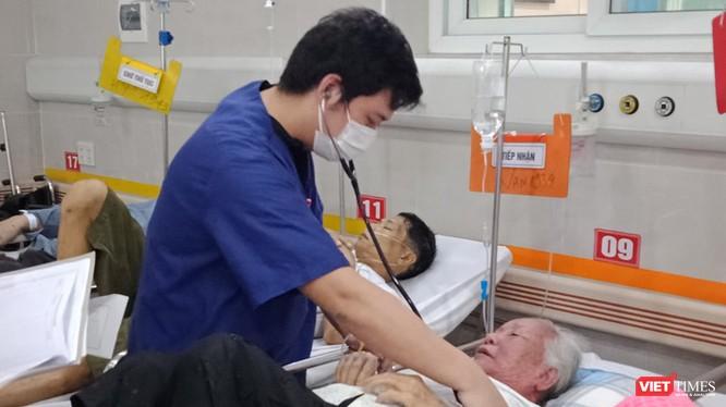 Bác sĩ thăm khám cho bệnh nhân. Ảnh: BVCC