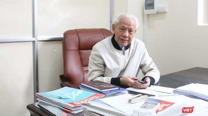 GS. Hồ Ngọc Đại trao đổi với PV VietTimes. Ảnh: Minh Thúy