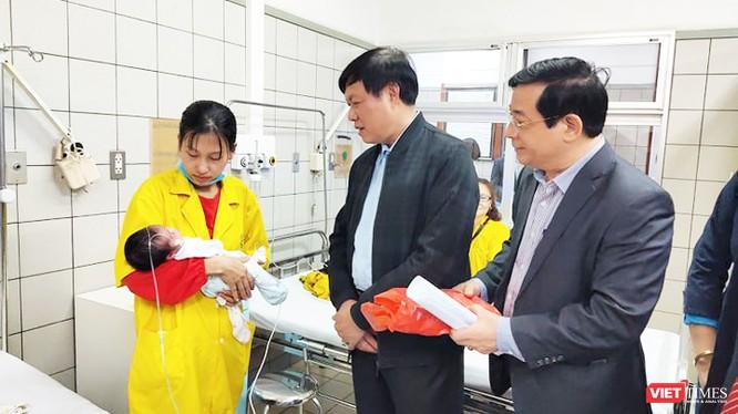 Thứ trưởng Bộ Y tế Đỗ Xuân Tuyên thăm hỏi động viên bệnh nhân tại Bệnh viện Bạch Mai. Ảnh: Minh Thúy