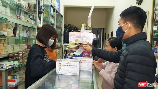 Người dân mua khẩu trang tại nhà thuốc. Ảnh: Lê Mai