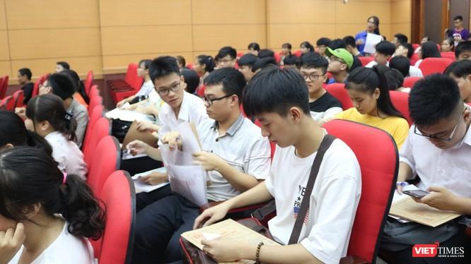 Sinh viên trong ngày nhập học. Ảnh: Minh Thúy