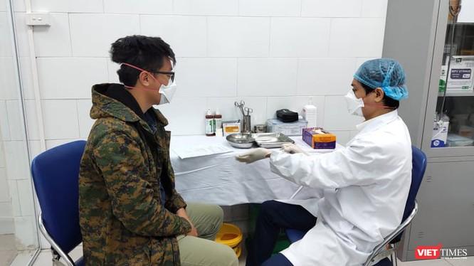 Bác sĩ chăm sóc cho bệnh nhân tại Bệnh viện Bạch Mai. Ảnh: Minh Thúy