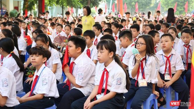 Học sinh tiểu học chào cờ vào sáng thứ 2. Ảnh: Minh Thúy