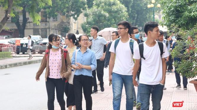 Sinh viên đến trường. Ảnh: Minh Thúy