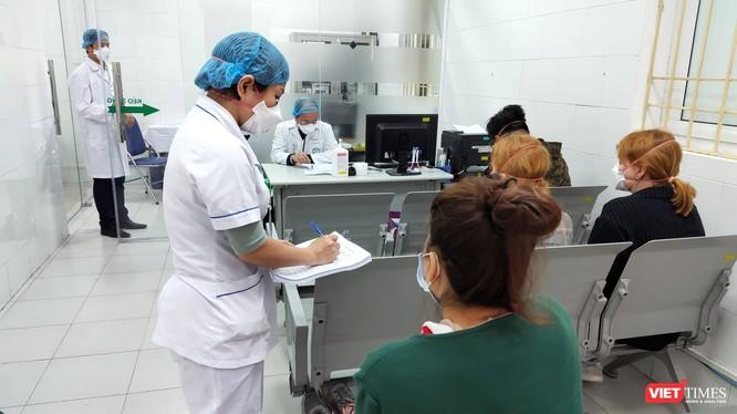 Bác sĩ thăm hỏi bệnh nhân tại Bệnh viện Bạch Mai. Ảnh: Minh Thúy