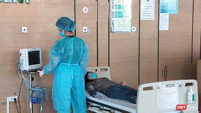 Bác sĩ chăm sóc cho bệnh nhân tại Bệnh viện Bệnh Nhiệt đới Trung ương cơ sở 2. Ảnh: Minh Thúy