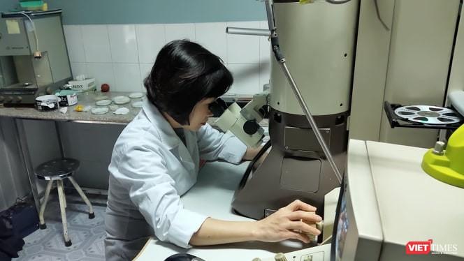 Cán bộ tại Viện Vệ sinh Dịch tễ Trung ương nghiên cứu ảnh chụp virus SARS-CoV-2 trong phòng thí nghiệm (ảnh: Minh Thúy)