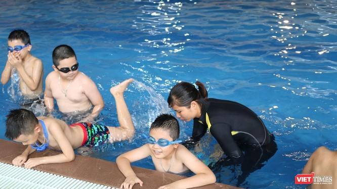 Giáo viên hướng dẫn học sinh tập bơi. Ảnh: Minh Thúy