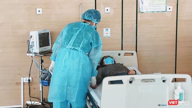 Bác sĩ chăm sóc cho bệnh nhân tại Bệnh viện Bệnh Nhiệt đới Trung ương. Ảnh: Minh Thúy