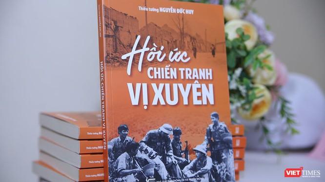 """Cuốn sách """"Hồi ức chiến tranh Vị Xuyên"""" của Thiếu tướng Nguyễn Đức Huy. Ảnh: Thế Lợi"""
