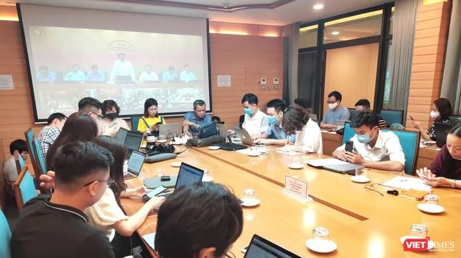 Báo chí dự họp Ban Chỉ đạo phòng, chống COVID-19 tại UBND TP. Hà Nội. Ảnh: Minh Thúy