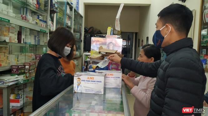 Người dân mua khẩu trang ở hiệu thuốc. Ảnh: Lê Mai