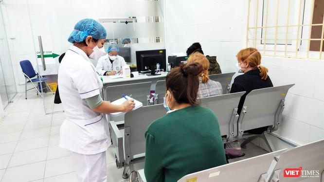 Bác sĩ thăm khám cho bệnh nhân tại Bệnh viện Bạch Mai. Ảnh: Minh Thúy