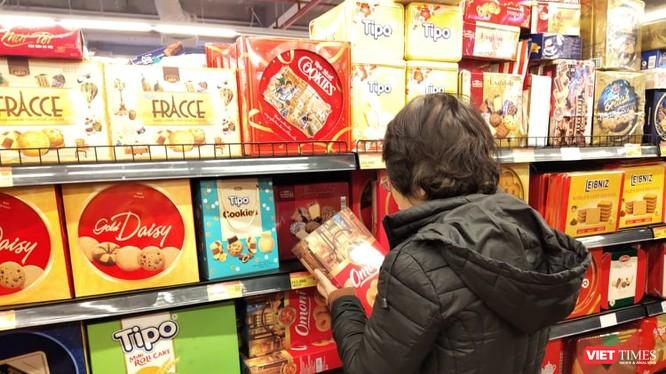 Người dân mua hàng tại siêu thị. Ảnh: Minh Thúy