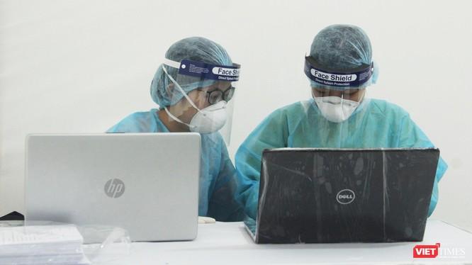 Nhân viên y tế làm ở trạm xét nghiệm COVID-19 (Ảnh: Minh Thuý)