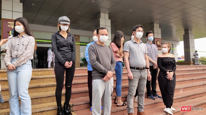Các bệnh nhân mắc COVID-19 được công bố khỏi bệnh tại Bệnh viện Bệnh Nhiệt đới Trung ương cơ sở 2. Ảnh: Minh Thúy