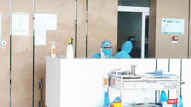Bác sĩ tại Khoa Cấp cứu, Bệnh viện Bệnh Nhiệt đới Trung ương. Ảnh: Minh Thúy