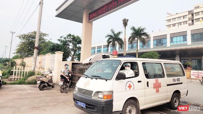 Xe cứu thương đi ra từ Bệnh viện Bệnh Nhiệt đới Trung ương cơ sở 2. Ảnh: Minh Thúy