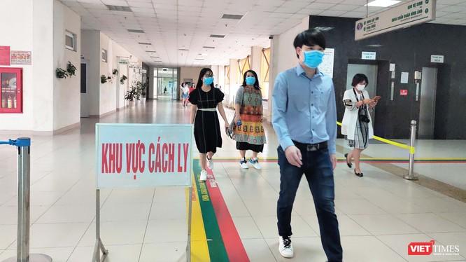 30 công dân Việt Nam tại Bệnh viện Bệnh Nhiệt đới Trung ương cơ sở 2 trong ngày ra viện. Ảnh: Minh Thúy