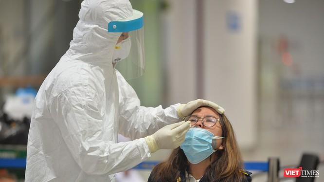 Nhân viên y tế lấy mẫu xét nghiệm COVID-19 tại sân bay. Ảnh: Hoàng Anh