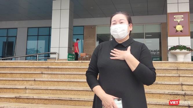 Nữ điều dưỡng Phòng khám ngoại trú HIV ở Bệnh viện Bạch Mai tâm sự trong ngày được công bố khỏi bệnh. Ảnh: Minh Thúy