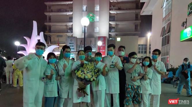 Các bác sĩ tại Bệnh viện Bạch Mai vui mừng khi Bệnh viện hết phong tỏa. Ảnh: Minh Thúy