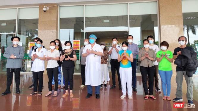 Bệnh nhân mắc COVID-19 được công bố khỏi bệnh tại Bệnh viện Bệnh Nhiệt đới Trung ương cơ sở 2. Ảnh: Minh Thúy