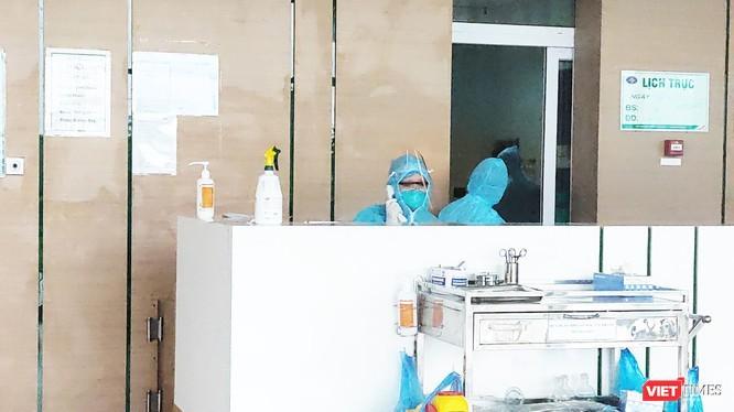 Các bác sĩ tại khoa Cấp cứu, Bệnh viện Bệnh Nhiệt đới Trung ương cơ sở 2. Ảnh: Minh Thúy