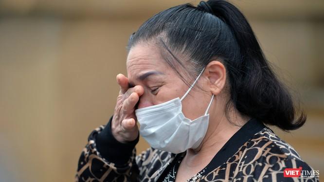 Nhân viên cung cấp nước sôi ở Bệnh viện Bạch Mai mắc COVID-19 bật khóc trong ngày khỏi bệnh. Ảnh: Hoàng Anh