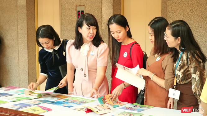 Giáo viên và phụ huynh học sinh xem SGK Tiếng Việt 1 Cánh Diều (Ảnh: Minh Thuý)