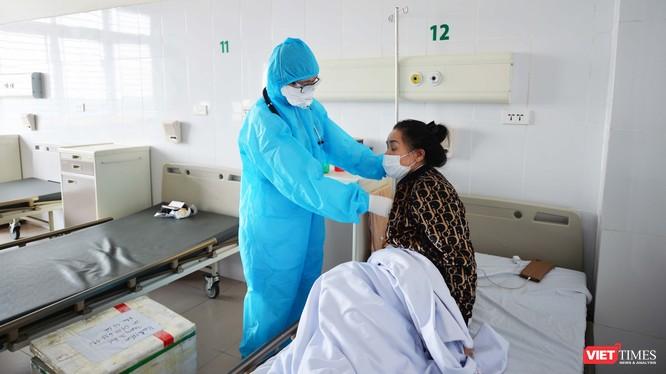bác sĩ khám cho bệnh nhân tại bệnh viện (Ảnh - Minh Thuý)