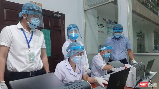 Nhân viên y tế lấy mẫu xét nghiệm tại nhà ga Sài Gòn. Ảnh: Nguyễn Trăm