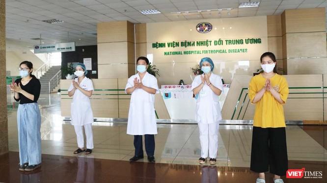 Bệnh nhân 264 (áo đen) và bệnh nhân 270 (áo vàng) mắc COVID-19 cùng các bác sĩ vui mừng trong ngày được công bố khỏi bệnh. Ảnh: Minh Thúy