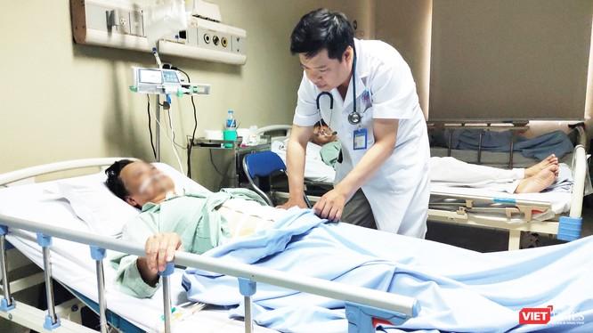 BS. Hoàng Việt Dũng thăm khám cho bệnh nhân. Ảnh: Minh Thúy