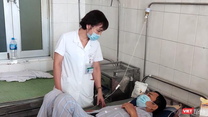 Bác sĩ khám bệnh cho bệnh nhân (Ảnh: Minh Thúy)