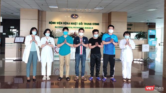 4 bệnh nhân mắc COVID-19 được công bố khỏi bệnh chiều nay. Ảnh: Minh Thúy