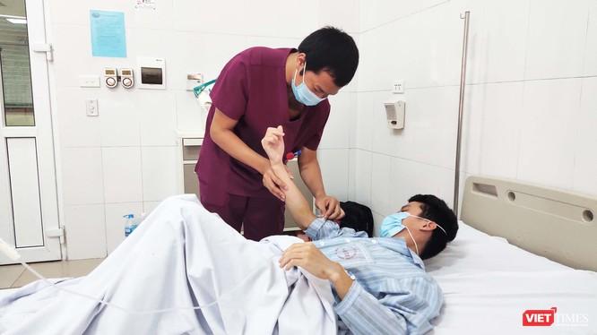 BS. Trần Duy Hiến - Khoa Ngoại sản Bệnh viện Bệnh Nhiệt đới Trung ương thăm khám cho bệnh nhân. Ảnh: Minh Thúy