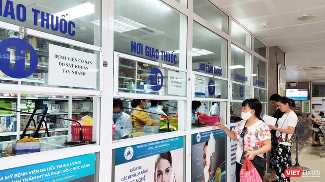 Bệnh nhân chờ lấy thuốc tại Bệnh viện Da liễu Trung ương. (Ảnh: Minh Thúy)