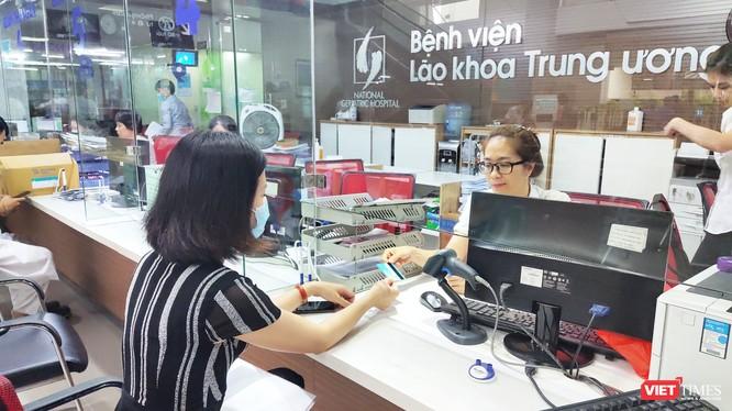 Người bệnh thanh toán viện phí qua thẻ tại Bệnh viện Lão khoa Trung ương (Ảnh: Minh Thúy)