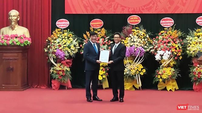 Phó Thủ tướng Vũ Đức Đam trao quyết định Bí thư Ban cán sự Đảng Bộ Y tế và quyết định giao quyền Bộ trưởng Bộ Y tế cho ông Nguyễn Thanh Long (Ảnh: Minh Thúy)
