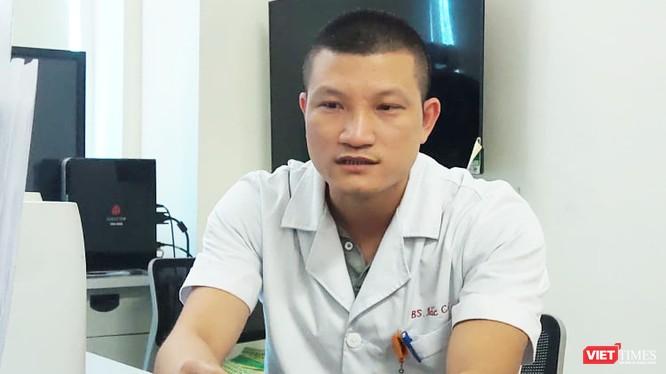 BS. Trần Văn Bắc – Phó trưởng Khoa Cấp cứu, Bệnh viện Bệnh Nhiệt đới Trung ương (Ảnh: Minh Thúy)