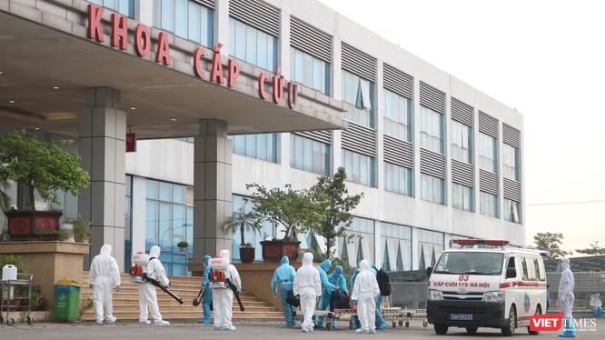 Chiều nay, các công dân Việt Nam từ Guinea Xích đạo đã về Bệnh viện Bệnh Nhiệt đới Trung ương an toàn (Ảnh: Minh Thúy)